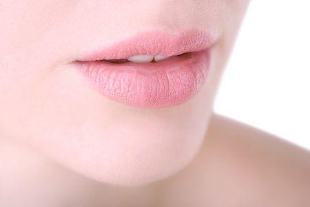 La rimozione del silicone dalle labbra